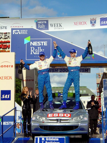 Marcus Gronholm (R) & Timo Rautininen (L) celebrate victory in their home rally the Neste Rally of Finland 2000.Photo:McKlein/LAT