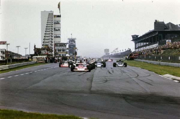Clay Regazzoni, Ferrari 312B3 leads the field at the start of the race.