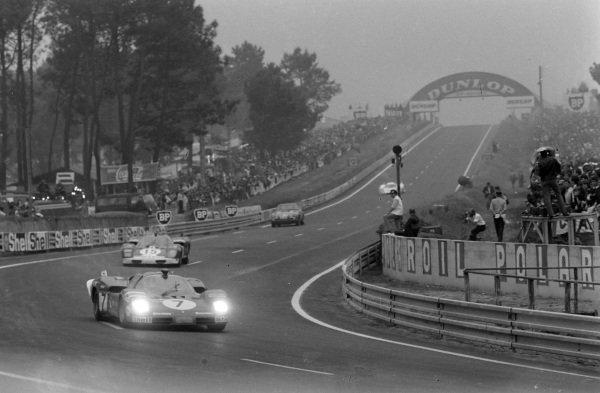 Derek Bell / Ronnie Peterson, SpA Ferrari SEFAC, Ferrari 512 S, leads Mike Parkes / Herbert Müller, Scuderia Filipinetti, Ferrari 512 S.