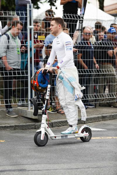 Stoffel Vandoorne (BEL), HWA Racelab, steals Sam Bird's (GBR), Envision Virgin Racing scooter