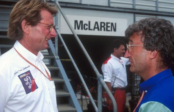 1994 Australian Grand Prix.Adelaide, Australia.11-13 November 1994.Peugeot Sport Director Jean-Pierre Jabouille chats with Jordan team boss Eddie Jordan.Ref-94 AUS 35.World Copyright - LAT Photographic