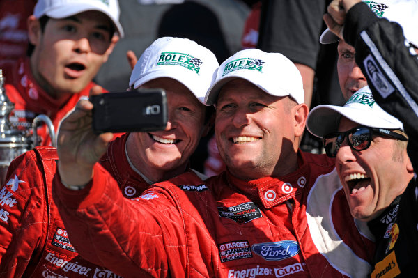 "22-25 January, 2015, Daytona Beach, Florida USA A crew member takes a ""selfie"" with 02, Ford EcoBoost, Riley DP, P, Scott Dixon, Kyle Larson, Jamie McMurray ?2015, F. Peirce Williams LAT Photo USA"