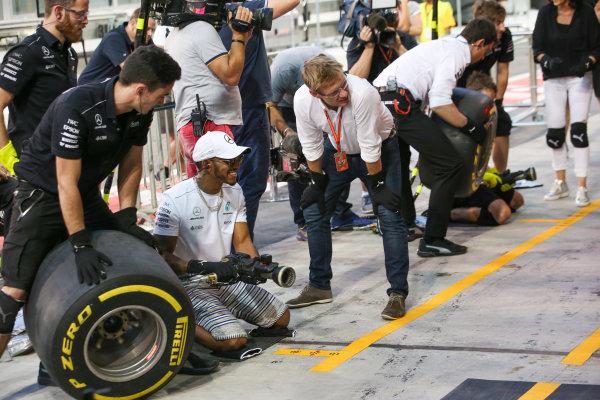Yas Marina Circuit, Abu Dhabi, United Arab Emirates. Thursday 23 November 2017. Lewis Hamilton, Mercedes AMG, joins in with the practice pitstops. World Copyright: Charles Coates/LAT Images  ref: Digital Image AN7T0325