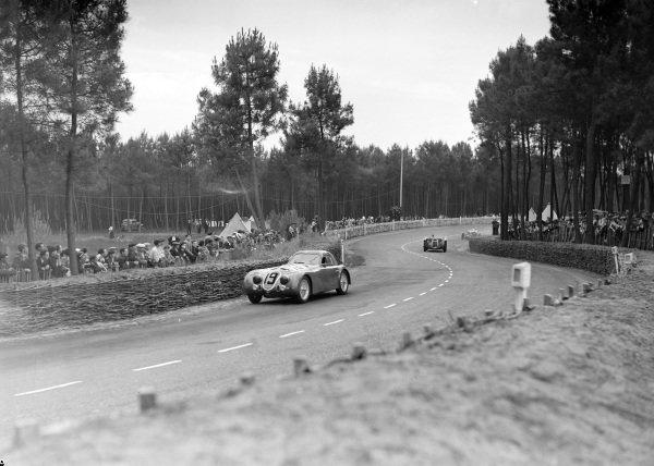Raymond Sommer / Clemente Biondetti, Alfa Romeo 8C 2300B Touring, leads René Dreyfus / Louis Chiron, Ecurie Bleue, Delahaye 145.