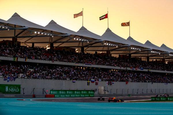 Yas Marina Circuit, Abu Dhabi, United Arab Emirates. Sunday 27 November 2016. Max Verstappen, Red Bull Racing RB12 TAG Heuer, leads Daniil Kvyat, Toro Rosso STR11 Ferrari. World Copyright: Zak Mauger/LAT Photographic ref: Digital Image _X0W9240
