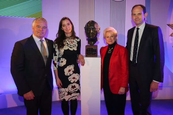 Grand Connaught Rooms, London, England. 3rd December 2012. Derek Warwick with Daughter Wife, Susan and son, Alistair Watkins and the unveiling of a new bust of FIA Formula 1 Safety and Medical Delegate, Sid Watkins. World Copyright: Jakob Ebrey/LAT Photographic ref: Digital Image Watkins_018