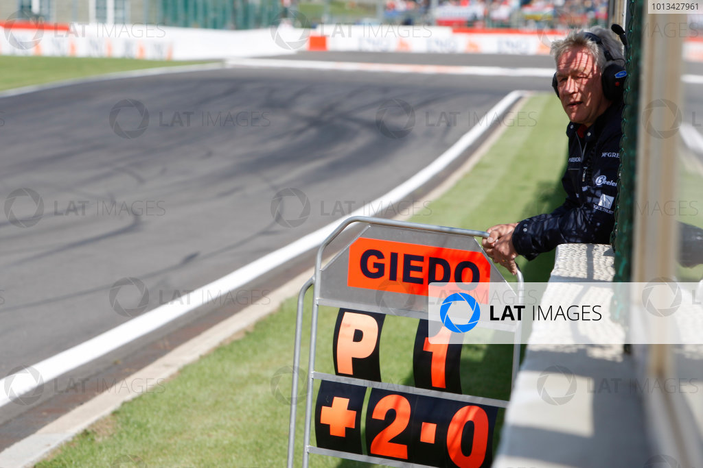 Spa-Francorchamps, Spa, Belgium. 30th August 2009.Sunday Race.Paul Jackson, iSport International Team principal holds out Giedo  Van der Garde (NED, iSport International) pit board. World Copyright: Alastair Staley / GP2 Series Media Service.Ref: _O9T8182 jpg