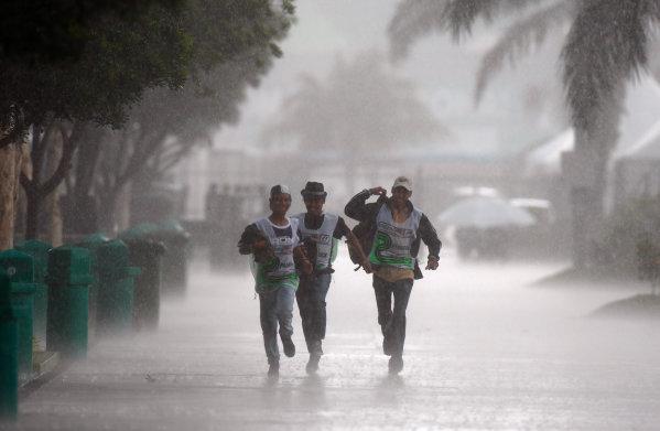 Sepang, Kuala Lumpur, Malaysia2nd April 2009Paddock staff run for cover during a torrential monsoon downpour. Atmosphere.World Copyright: Glenn Dunbar/LAT Photographicref: Digital Image _O9T3414
