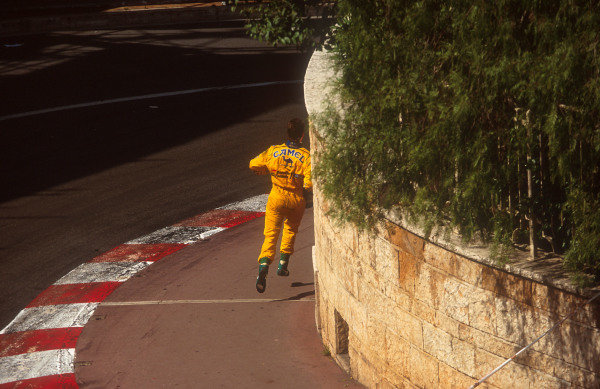 1993 Monaco Grand Prix.Monte Carlo, Monaco.20-23 May 1993.Michael Schumacher (Benetton Ford) makes his way back to the pits after he retired.Ref-93 MON 14.World Copyright - LAT Photographic