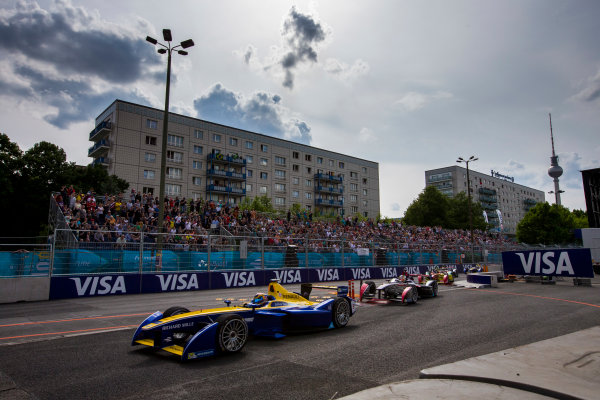 2015/2016 FIA Formula E Championship. Berlin ePrix, Berlin, Germany. Saturday 21 May 2016. Sebastien Buemi (SUI), Renault e.Dams Z.E.15 leads Jean-Eric Vergne (FRA), DS Virgin Racing DSV-01 and there best of the field at the start of the race. Photo: Zak Mauger/LAT/Formula E ref: Digital Image _79P2960