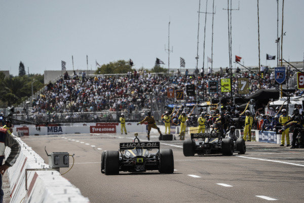 James Hinchcliffe, Arrow Schmidt Peterson Motorsports Honda, Marcus Ericsson, Arrow Schmidt Peterson Motorsports Honda, pit stop