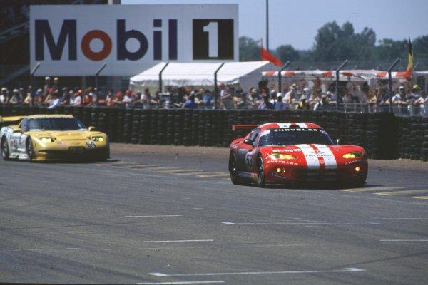 2000 Le Mans 24 Hours.Le Mans, France.17-18 June 2000.David Donohue/Ni Amorim/Anthony Beltoise (Chrysler Viper GTS-R) leads Franck Freon/Andy Pilgrim/Kelly Collins (Chevrolet Corvette C5R).World - Bloxham/LAT Photographic
