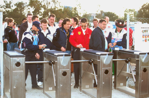 Albert Park, Melbourne, Australia.8-10 March 1996.The introduction of a swipe card security system for the paddock did not prove popular. Giancarlo Minardi and Pat Behar get caught in the queues.Ref-96 AUS 04.World Copyright - LAT Photographic