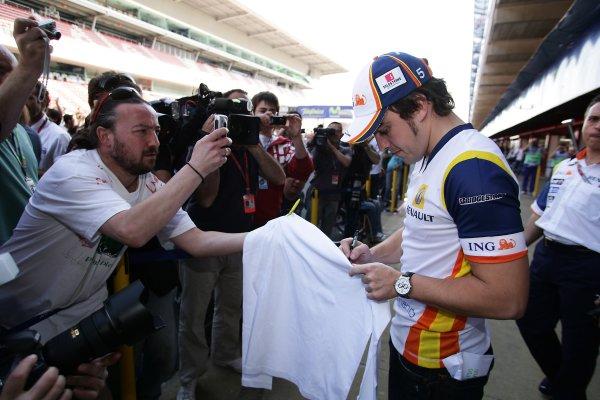 2008 Spanish Grand Prix - Thursday PreviewCircuit de Catalunya, Barcelona, Spain.24th April 2008.Fernando Alonso, Renault R28. Signs autographs for local race fans. Portrait. World Copyright: Charles Coates/LAT Photographic.ref: Digital Image ZK5Y8315