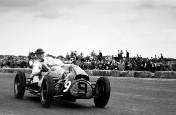 1952 British Grand Prix. Silverstone, Great Britain. 19 July 1952. Mike Hawthorn (Cooper T20-Bristol), 3rd position. Ref-52/36 #18A. World Copyright - LAT Photographic