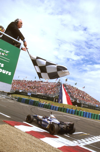 Magny-Cours, France.28-30 June 1996.Jacques Villeneuve (Williams FW18 Renault) takes the chequered flag for 2nd positionRef-96 FRA 05.World Copyright - LAT Photographic
