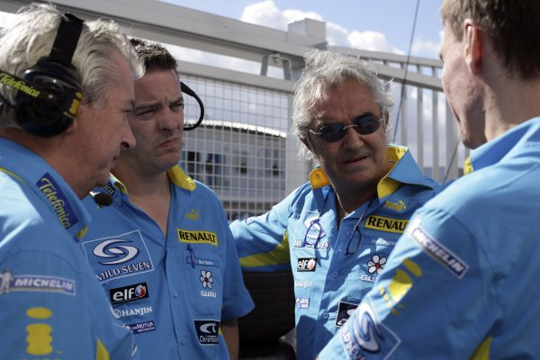 2006 Japanese Grand Prix - Saturday Qualifying Suzuka, Japan. 5th - 8th October 2006 Pat Symonds, Rod Nelson and Flavio Briatore and Alan Permane, discuss qualifying for the two Renault's, portrait. World Copyright: Charles Coates/LAT Photographic. ref: Digital Image ZK5Y6828