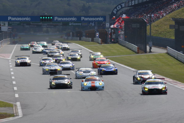 2017 Japanese Super GT Series. Fuji, Japan. 6th - 7th April 2017. Rd 2. GT300 Start of the race, action. World Copyright: Yasushi Ishihara / LAT Images. Ref: 2017SGT_Rd2_08