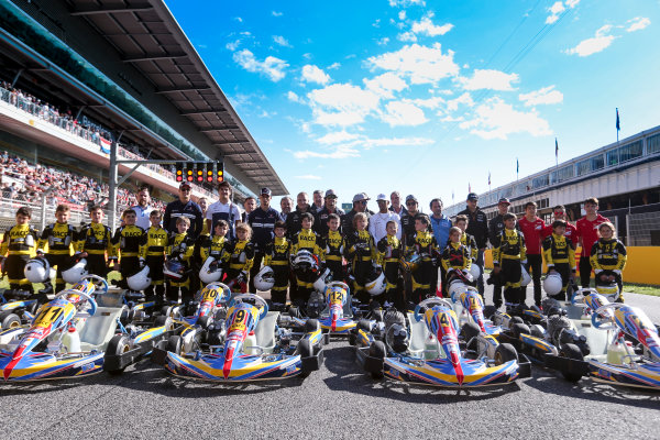 Circuit de Catalunya, Barcelona, Spain. Thursday 11 May 2017. The drivers join the RACC junior Kart racers for a photo. World Copyright: Dom Romney/LAT Images ref: Digital Image AM1T9888