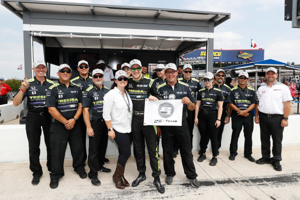 Verizon IndyCar Series Rainguard Water Sealers 600 Texas Motor Speedway, Ft. Worth, TX USA Friday 9 June 2017 Verizon P1 Pole Award winner Charlie Kimball, wife Kathleen, and team World Copyright: Michael L. Levitt LAT Images