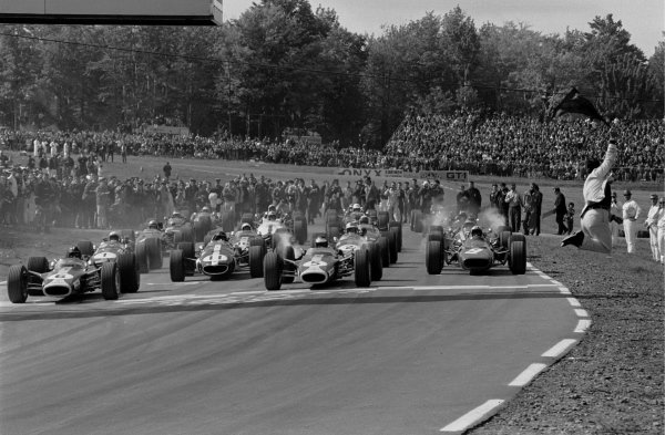 L to R: Graham Hill(GBR), Jim Clark(GBR) both in Lotus 49's and Chris Amon's Ferrari. Note position of starter on right of picture! USGP, Watkins Glen, 1 October 1967