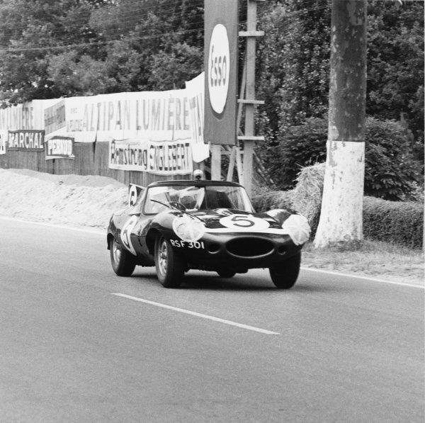 Le Mans, France. 25th - 26th June 1960 Ron Flockhart/Bruce Halford (Jaguar D-type), retired, action. World Copyright: LAT Photographic Ref:  6704.