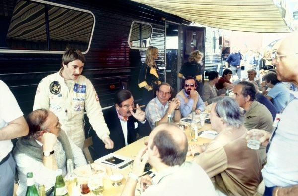 1982 Swiss Grand Prix.Dijon-Prenois, France. 29 August 1982.Nigel Mansell, Lotus 91-Ford, talks to the British press including Nigel Roebuck, Murray Walker, John Blunsden, Maurice Hamilton and Innes Ireland, portrait.World Copyright: LAT PhotographicRef: 35mm transparency 82SWI19