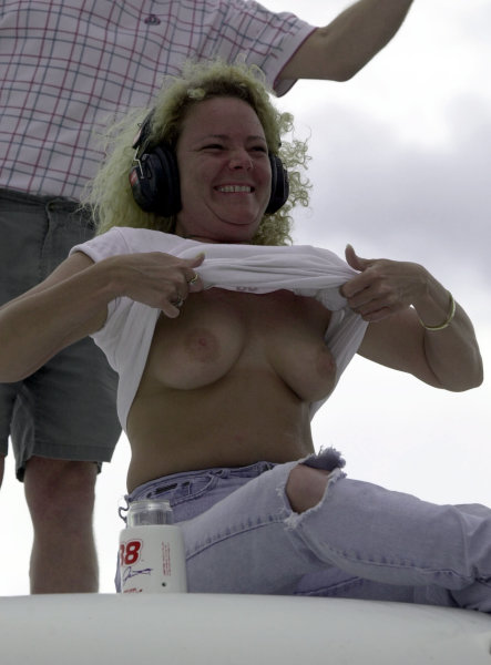 2000 NASCAR Winston Cup. North Carolina Speedway, Rockingham, NC, USA. 27th February 2000. Rd 2. A spectator shows how hot it gets in North Carolina. World Copyright: F.Peirce Williams / LAT Photographic.