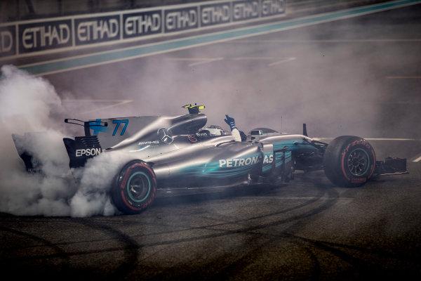 Yas Marina Circuit, Abu Dhabi, United Arab Emirates. Sunday 26 November 2017. Valtteri Bottas, Mercedes F1 W08 EQ Power+, performs celebratory doughnuts at the end of the race. World Copyright: Glenn Dunbar/LAT Images  ref: Digital Image _31I9171
