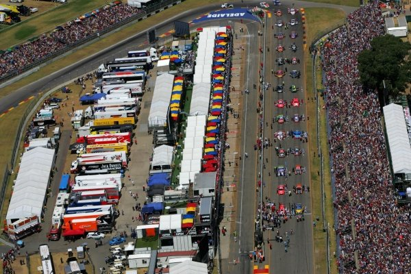 A massive crowd of 87,000 watched the second race of the Clipsal 500 won by Rick Kelly (AUS) Toll HSV Commodore. Australian V8 Supercars, Rd1, Clipsal 500, Adelaide, Australia, 3-4 February 2007. DIGITAL IMAGE