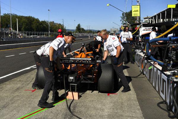 #5: Pato O'Ward, Arrow McLaren SP Chevrolet, crew member(s)
