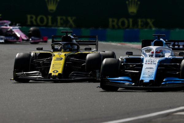 George Russell, Williams Racing FW42, battles with Daniel Ricciardo, Renault R.S.19