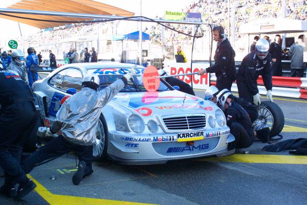 2001 DTM ChampionshipZandvoort, Holland. 22nd - 23rd September 2001.Peter Dumbreck (D2 AMG Mercedes), pitstop.World Copyright: Peter Spinney/LAT Photographicref: 8 5mb Digital Image Only