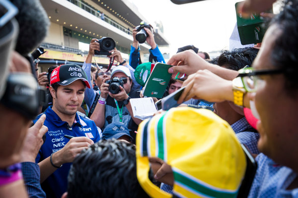 Autodromo Hermanos Rodriguez, Mexico City, Mexico. Thursday 26 October 2017. Sergio Perez, Force India, signs autographs for fans. World Copyright: Sam Bloxham/LAT Images  ref: Digital Image _W6I9223