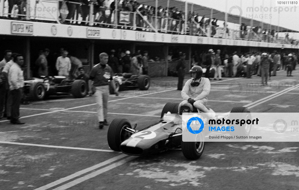 Seventh placed Peter Arundell (GBR) Lotus 33 gives his team mate Jim Clark (GBR) a lift back to the pits during practice. Mexican Grand Prix, Mexico City, 23 October 1966.