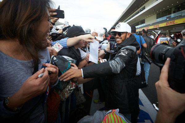 Autodromo Hermanos Rodriguez, Mexico City, Mexico. Thursday 27 October 2016. Lewis Hamilton, Mercedes AMG, meets some fans. World Copyright:Steve Etherington/LAT Photographic ref: Digital Image SNE21763