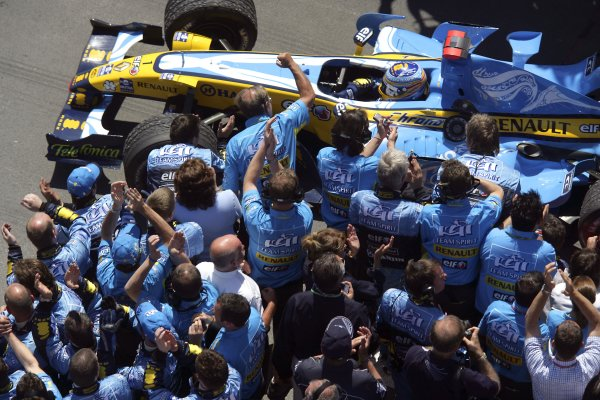 2006 Canadian Grand Prix - Sunday Race Montreal, Canada. 22nd - 25th June. Fernando Alonso, Renault R26, 1st position, celebrates in parc ferme, action. World Copyright: Steven Tee/LAT Photographic ref: Digital Image VY9E0817