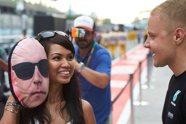 Sepang International Circuit, Sepang, Malaysia. Thursday 28 September 2017. Valtteri Bottas, Mercedes AMG, meets a fan. World Copyright: Steve Etherington/LAT Images  ref: Digital Image SNE19979