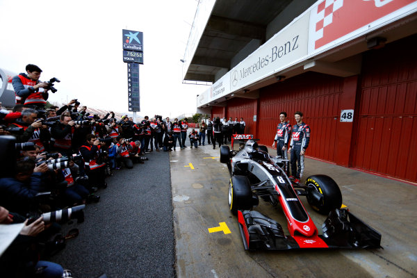 Circuit de Catalunya, Barcelona, Spain Monday 22 February 2016. Romain Grosjean, Haas F1, and Esteban Gutierrez, Haas F1, unveil the Haas VF-16 Ferrari. World Copyright: Glenn Dunbar/LAT Photographic ref: Digital Image _89P3893