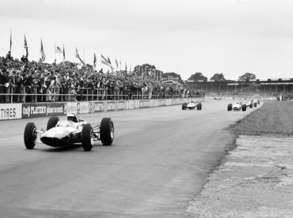 1965 British Grand Prix.Silverstone, Great Britain. 10 July 1965.Jim Clark, Lotus 33-Climax, 1st position, leads at the start, action.World Copyright: LAT Photographic