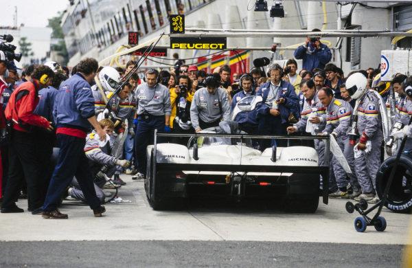 Derek Warwick / Yannick Dalmas / Mark Blundell, Peugeot Talbot Sport, Peugeot 905B Evo 1 Bis LM. makes a pit stop.