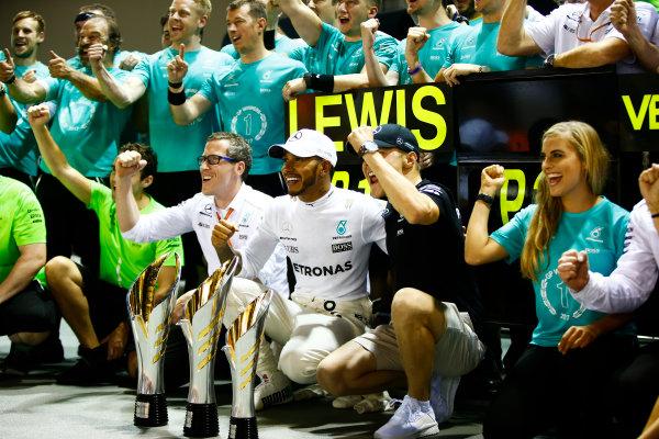 Marina Bay Circuit, Marina Bay, Singapore. Sunday 17 September 2017. Lewis Hamilton, Mercedes AMG, and Valtteri Bottas, Mercedes AMG, celebrate their success with their team.  World Copyright: Andy Hone/LAT Images  ref: Digital Image _ONZ8152