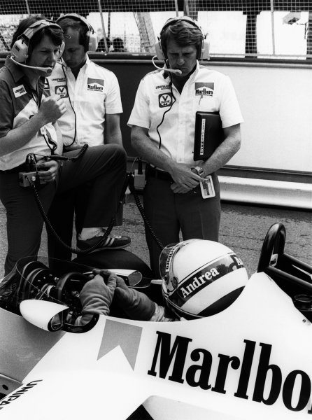 1981 Formula 1 World Championship. Andrea de Cesaris ((McLaren MP4/1-Ford Cosworth), in conversation with John Barnard, Ron Dennis and Tyler Alexander in the pits, portrait. World Copyright: LAT Photographic.