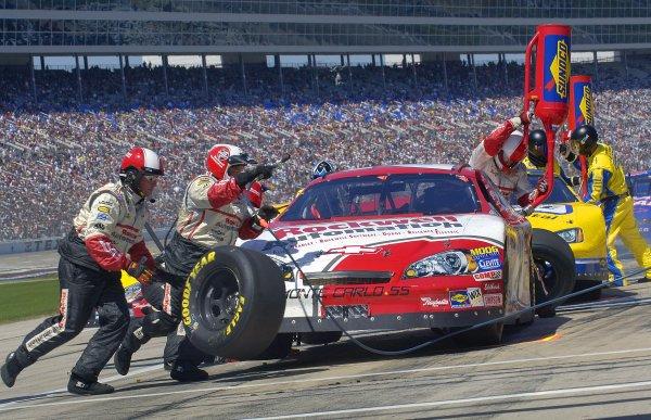 8-9 April, 2006, Samsung/RadioShack 500, Texas Motor SpeedwayDenny Hamlin pitstop Busch raceCopyright©Autostock for LAT 2006LAT Photographic