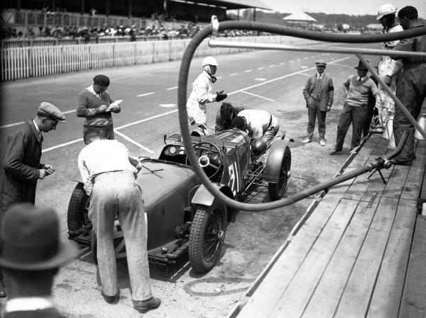 1932 Le Mans 24 hours. Le Mans, France. 18-19 June 1932. Augustus Bertelli/Pat Driscoll (Aston Martin 1.5-litre), 7th position. Pitstop. World Copyright: LAT Photographic Ref: Autocar Glass Plate B8554