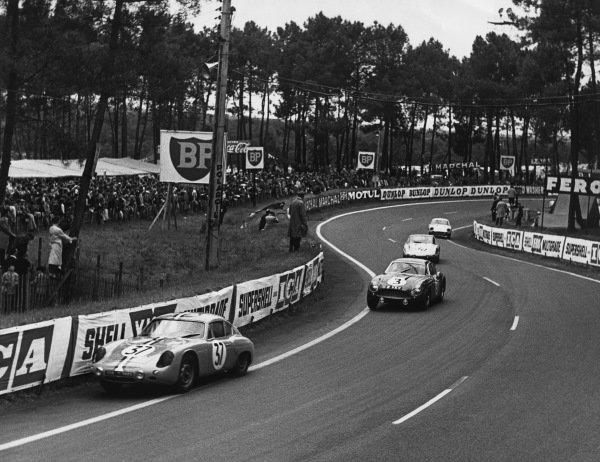 Le Mans, France. 10th - 11th June 1961.Robert Buchet/Pierre Monneret (Porsche 695 GS), retired, leads Les Davison/Bib Stilwell (Aston Martin DB4 GT), retired, action. World Copyright: LAT Photographic.Ref:  9219 - 37-3.
