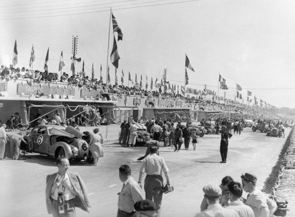 1949 Le Mans 24 Hours. Le Mans, France. 25-26 June 1949. Soltan Hay/Tommy Wisdom (Bentley Corniche), 6th position, in the pitlane. World Copyright: LAT Photographic Ref: Autocar Glass Plate C24771.