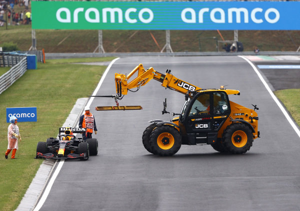 Marshals remove the damaged car of Sergio Perez, Red Bull Racing RB16B