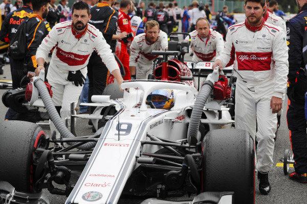 Marcus Ericsson, Alfa Romeo Sauber F1 Team, is wheeled onto the grid.