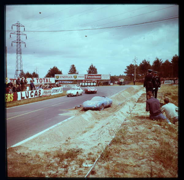 1961 Le Mans 24 hours.Le Mans, France.10-11 June 1961.Jean-Claude Caillaud/Robert Mougin (DB HBR5-Panhard) and Willy Mairesse/Michael Parkes (Ferrari TR61, number 11) pass the crashed car of Andre Moynet/Jean-Claude Vidilles (DB HBR5-Panhard). Mairesse/Parkes finished in 2nd position.Ref-3/0287.World - LAT Photographic